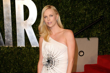 Charlize Theron Glams up the Vanity Fair Oscars Party in Atelier Versace