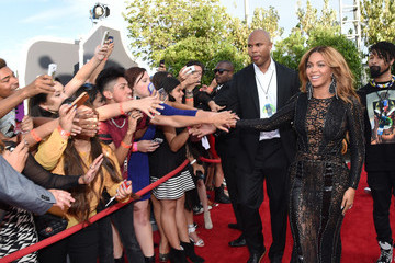 Beyonce Photos - Stunning Black Lace Dress at the VMAs