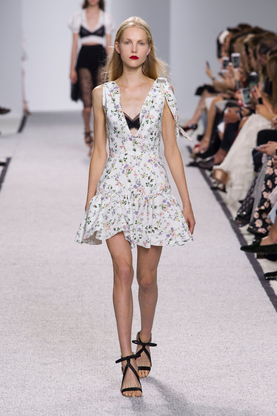 giambattista valli at paris fashion week spring 2017 livingly. Black Bedroom Furniture Sets. Home Design Ideas
