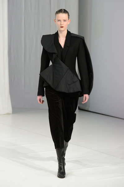 Hussein Chalayan at London Fall 2018 [fashion show,fashion,fashion model,runway,clothing,suit,formal wear,haute couture,outerwear,human,hussein chalayan,fashion,runway,fashion week,fashion model,clothing,suit,wear,london fashion week,fashion show,hussein chalayan,london fashion week 2018,fashion week,fashion,runway,fashion show,autumn,ready-to-wear,spring]