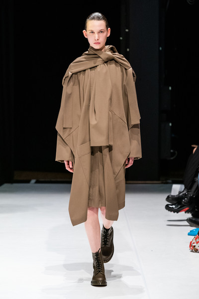 Hussein Chalayan at London Fall 2020 [fashion show,fashion model,fashion,runway,clothing,outerwear,shoulder,fashion design,human,public event,outerwear,hussein chalayan,fashion,runway,clothing,fashion week,model,vogue,london fashion week,fashion show,london fashion week,fashion,runway,fashion show,fashion week,esteban cort\u00e1zar,ready-to-wear,clothing,model,vogue]