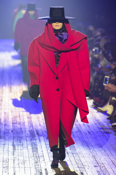 Marc Jacobs at New York Fall 2018 [fashion,runway,fashion show,fashion design,outerwear,event,haute couture,cloak,mantle,fictional character,outerwear,marc jacobs,fashion,fashion week,runway,fashion design,new york fashion week,paris fashion week,fashion show,event,2018 new york fashion week,paris fashion week,fashion,fashion week,runway,ready-to-wear,milan fashion week,autumn,fashion show]