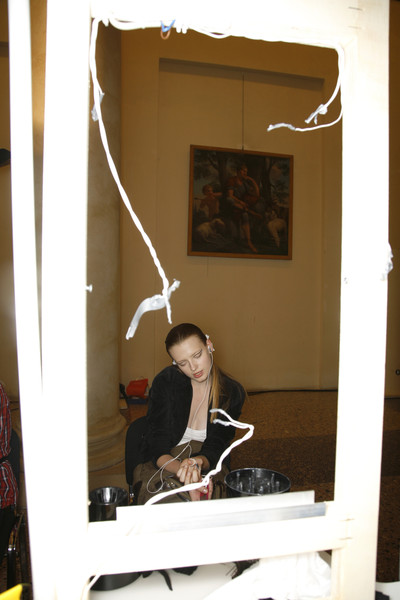 Mila Schön at Milan Spring 2009 (Backstage)