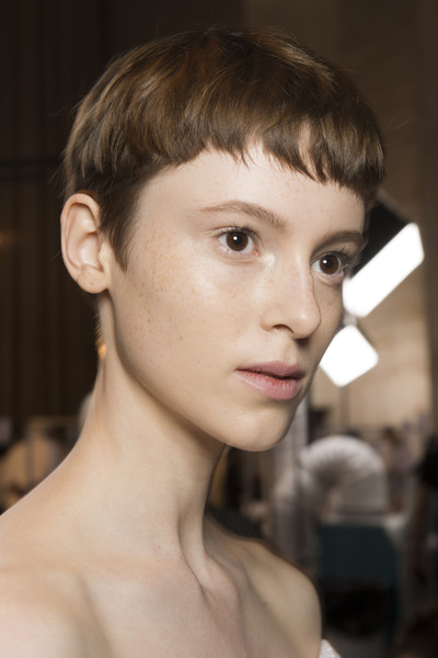 Victoria Beckham at New York Spring 2018 (Backstage) [hair,face,hairstyle,eyebrow,chin,forehead,skin,beauty,lip,head,victoria beckham,hairstyle,face,fashion,pixie cut,parte,beauty,eyebrow,forehead,new york fashion week,hairstyle,fashion,bangs,mujerhoy.com,pixie cut,face,victoria beckham,a parte,beauty]