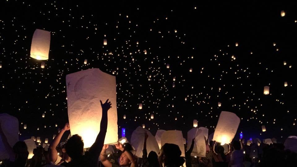 See Thousands Of Lanterns Light Up The Las Vegas Sky At Rise Festival