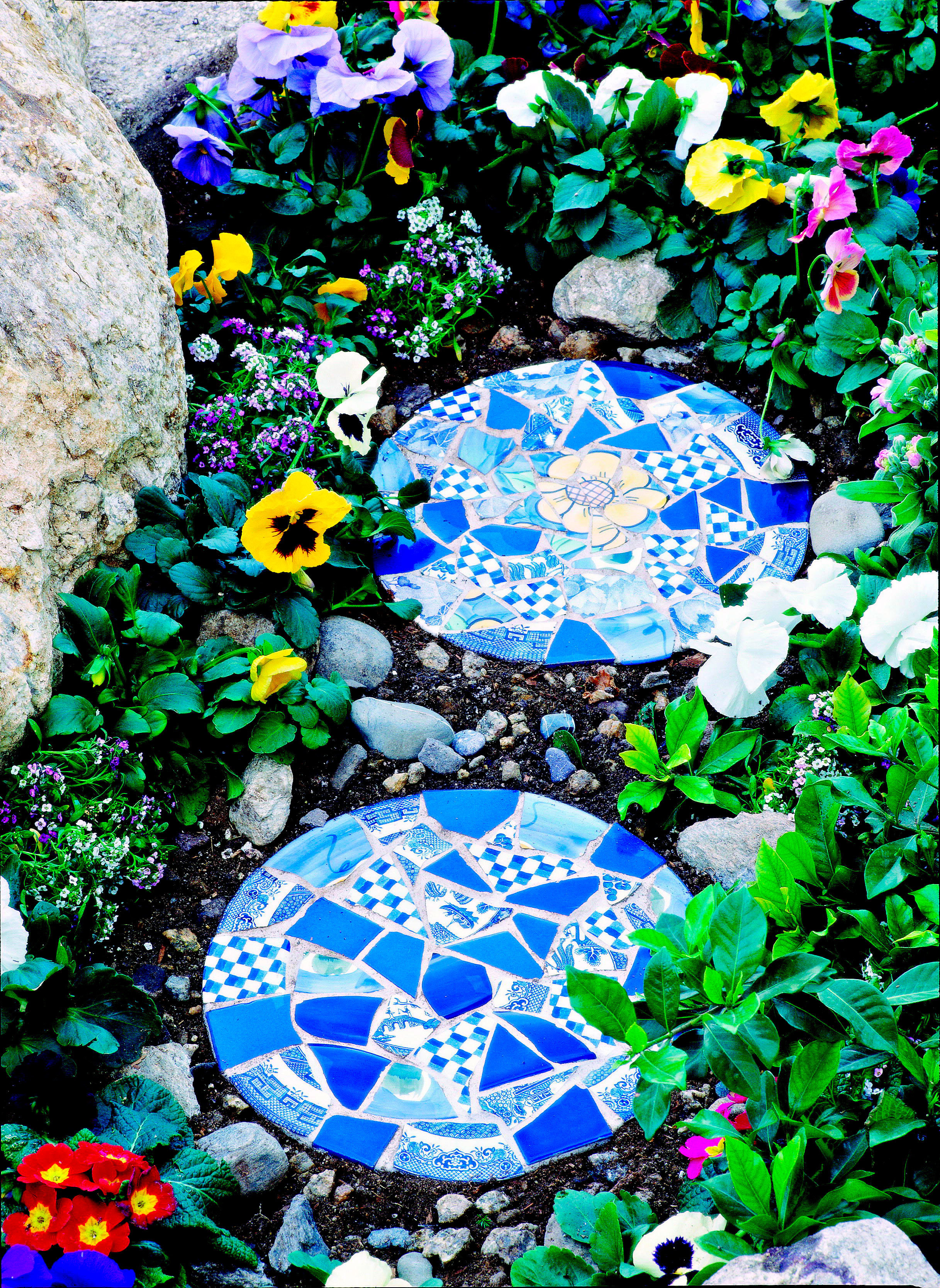 Break old dishes creative summer garden projects to for Garden mosaics designs