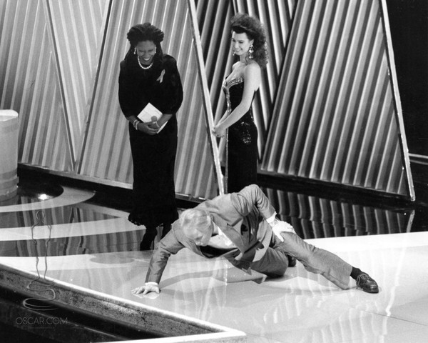 1992: Jack Palance Does One-Handed Pushups On Stage