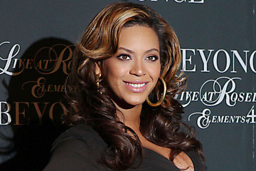 Beyonce Inspires with Brilliant Blue Nail Polish