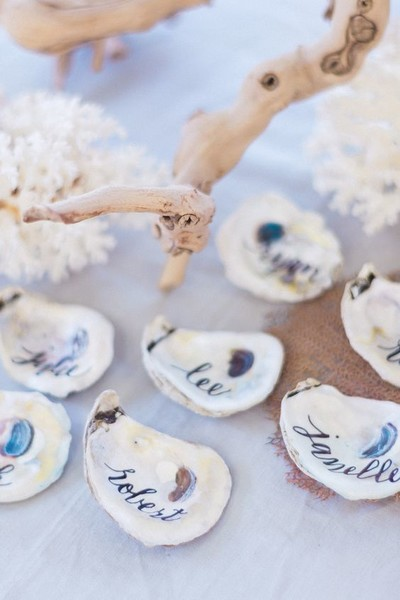 white oyster shells beautiful and creative wedding place card ideas livingly. Black Bedroom Furniture Sets. Home Design Ideas