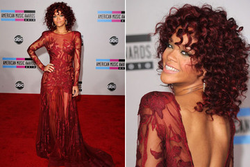 Rihanna Debuts a Toned Down 'Do at the AMAs
