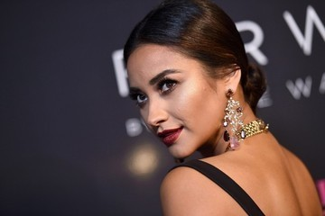 Shay Mitchell's Holiday Gig, Rosamund Pike Tries Her Hand at Handbag Design and More