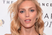 Anja Rubik Medium Wavy Cut